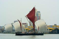 Themse-Segeln Lastkahn, der durch Themse Barrie überschreitet Stockfoto