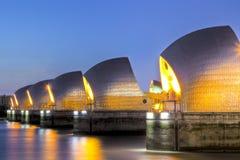Themse-Sperre und Kanarienvogel-Kai, London Großbritannien Lizenzfreies Stockbild