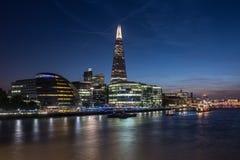 Themsen bana på natten med stadshuset och skärvan Fotografering för Bildbyråer