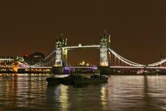 Themsen för för London tornbro och flod på natten Royaltyfri Foto
