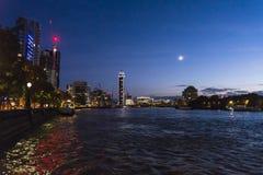 Themsen- och för St George Wharf torn på natten, London, England, UK arkivbild