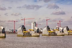 Themsenbarriär London UK arkivfoto