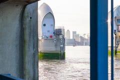 Themsenbarriär med Canary Wharf i London Fotografering för Bildbyråer