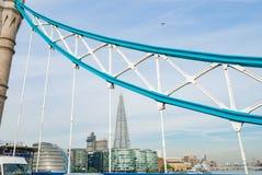 ThemsenFlod-sida byggnader till och med staget av tornbron Londond arkivbild
