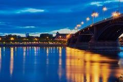 Theodor Heuss most w błękitnej godzinie z wodnym odbiciem w Mainz, Niemcy fotografia royalty free