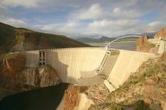 Theodore Roosevelt Dam på Apache sjön som är västra av Phoenix AZ i toppiga bergskedjan Ancha berg Royaltyfria Foton