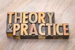 Theorie en praktijkwoordsamenvatting in houten type stock afbeelding
