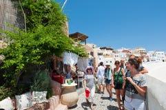 THERA, 28 OIA-JULI: Toeristen op de Oia straat op 24,2018 Juli in Oia stad op eiland het van Thera (Santorini), Griekenland Royalty-vrije Stock Foto