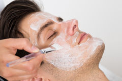 Therapeut Applying Face Mask aan de Mens stock fotografie