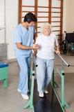 Therapeut-Assisting Tired Senior-Frau auf dem Gehen stockbilder
