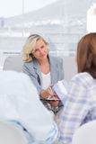 Therapeut, der der Frau Gewebe gibt Stockfotos