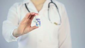 Therapeut, der geduldige Pillen zur Festlichkeitskrankheit, medizinische DrogenWerbekampagne gibt stock footage