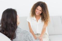 Therapeut, der an ihrem Patienten lächelt Lizenzfreie Stockbilder
