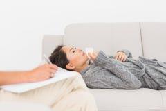 Therapeut, der Kenntnisse über ihren schreienden Patienten auf der Couch nimmt lizenzfreies stockfoto