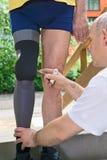 Therapeut, der prothetisches Bein justiert Lizenzfreie Stockfotos