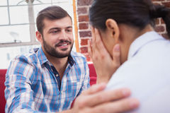 Therapeut, der seinen schreienden Patienten berät stockbild