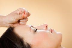 Therapeut die acupunctuurbehandeling geven aan klant in kuuroord Stock Afbeeldingen