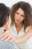 Therapeut die haar schreeuwende patiënt troosten Stock Afbeelding