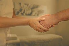 Therapeut die nieuwe patiënt welkom heten stock fotografie