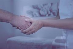 Therapeut die nieuwe patiënt welkom heten royalty-vrije stock foto
