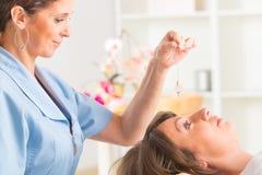 Therapeut die slinger gebruiken stock afbeelding