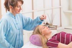 Therapeut die slinger gebruiken stock fotografie