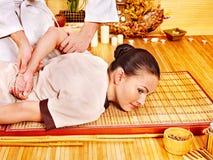Therapeut die uitrekkende massage geeft aan vrouw. Royalty-vrije Stock Afbeeldingen