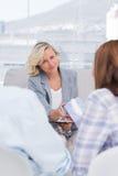 Therapeut die weefsel geven aan de vrouw Stock Foto's