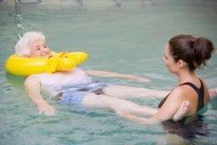 Therapeut en Hogere Patiënt in HydroPool Stock Foto