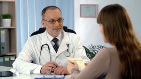 Therapeut gab dem Patienten Verordnung, Frauenlesepreise für Behandlung lizenzfreie stockfotografie
