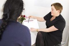 Therapeut mit Kunden an der Körperformklinik Stockfotografie