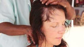 Therapeut ` s übergibt das Handeln von Kopfmassage auf Frau stock video footage