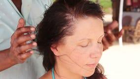 Therapeut ` s übergibt das Handeln von Kopfmassage auf Frau stock video