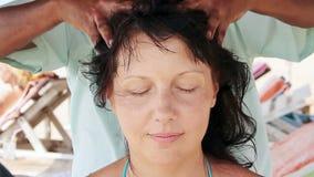 Therapeut ` s übergibt das Handeln von Kopfmassage auf Frau stock footage