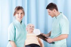 Therapeuten, die ärztliche Untersuchung tun lizenzfreies stockbild