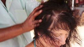 Therapeuthände, die Kopfmassage auf Frau tun stock video