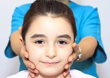 Therapeutische Übung für Kinder stockfotos