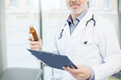 Therapeutist avec la médecine Photographie stock