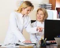 Therapeutists семейных врачей обсуждая трудный случай в офисе Стоковая Фотография RF