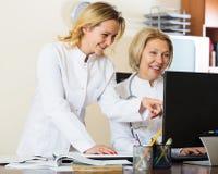 Therapeutists семейных врачей обсуждая трудный случай в офисе Стоковые Изображения RF
