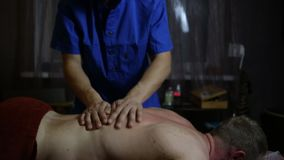 Therapeutmens die massage doen aan bodybuilder stock video