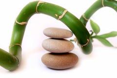 Theraphy与竹子的温泉石头 免版税库存图片