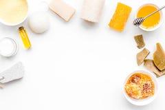 Theraphy aromatique et soins de la peau sensibles Ensemble de station thermale basé sur le miel sur l'espace blanc de copie de vu image stock