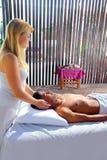 Theraphy sacré crânien de massage dans la cabine de jungle photo libre de droits