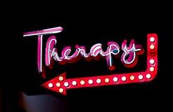 Therapie-Leuchtreklame nachts stockbild