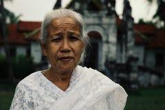 theravada buddhistische Pilgerfrau vor ihrem Kloster lizenzfreie stockfotos