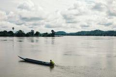 theravada buddhistischer Mönch, der ein Bewegungskanu auf dem Mekong fährt stockfotografie