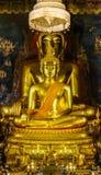 Theravada buddistiskt altare med guld- meditera för Buddha Fotografering för Bildbyråer