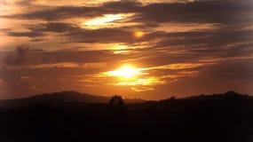 There& x27 ; coucher du soleil de s dans chaque lever de soleil Photo stock