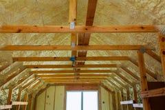thermal- och hidroisolering med sprej skummar på huskonstruktion royaltyfria foton